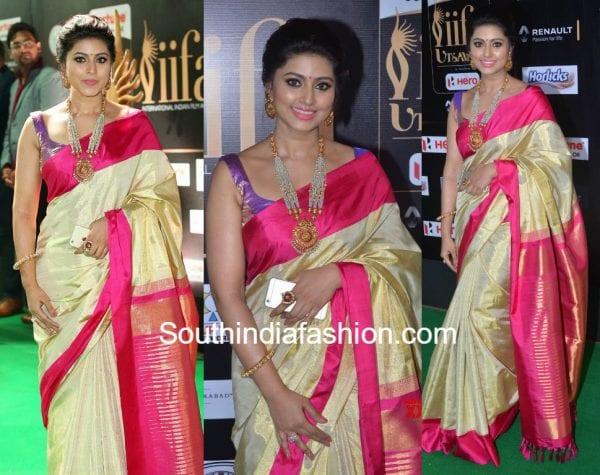 sneha-prasanna-gold-kanjeevaram-saree-sleeveless-blouse-iifa-utsavam-awards-2017