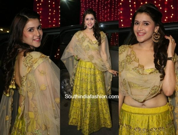 Mannara Chopra in a lehenga at Zee Telugu Apsara Awards 2017 2 600x454