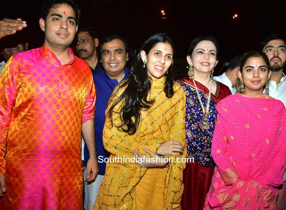 Ambani Family Akash Ambani and fiancee Shloka Mehta visit Siddhi Vinayak Temple 1