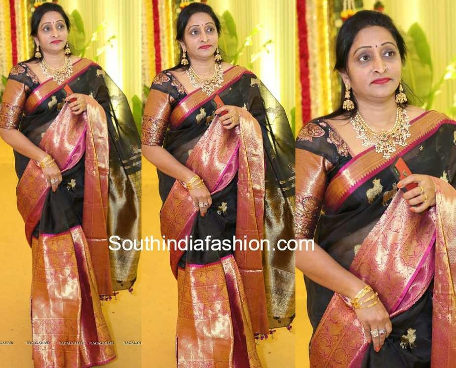naga shourya mother usha prasad black kanjeevaram saree at harika dronavalli wedding