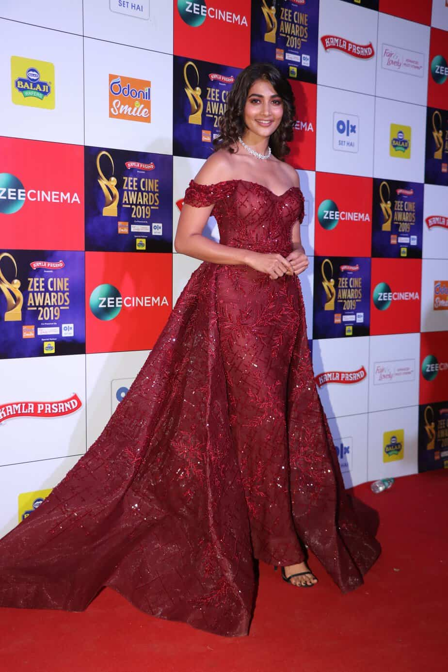 pooja hegde in maroon gown at zee cine awards 2019