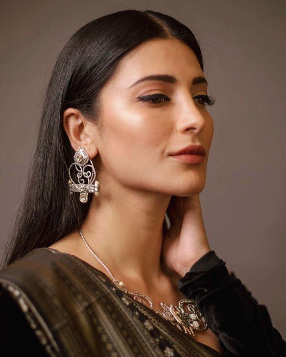 shruti haasan black silk saree at behindwoods gold mic music awards