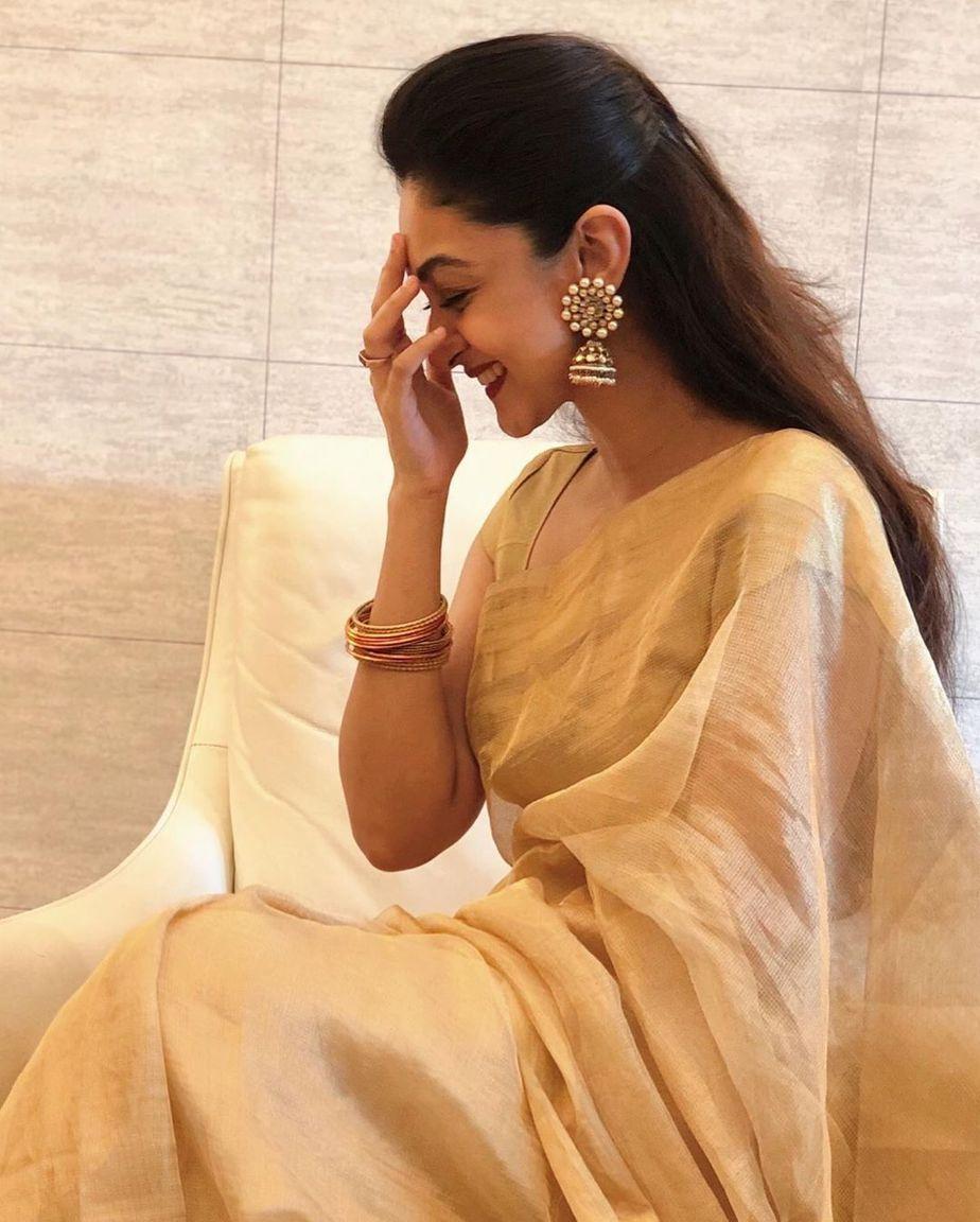 aishwarya arjun gold tissue saree