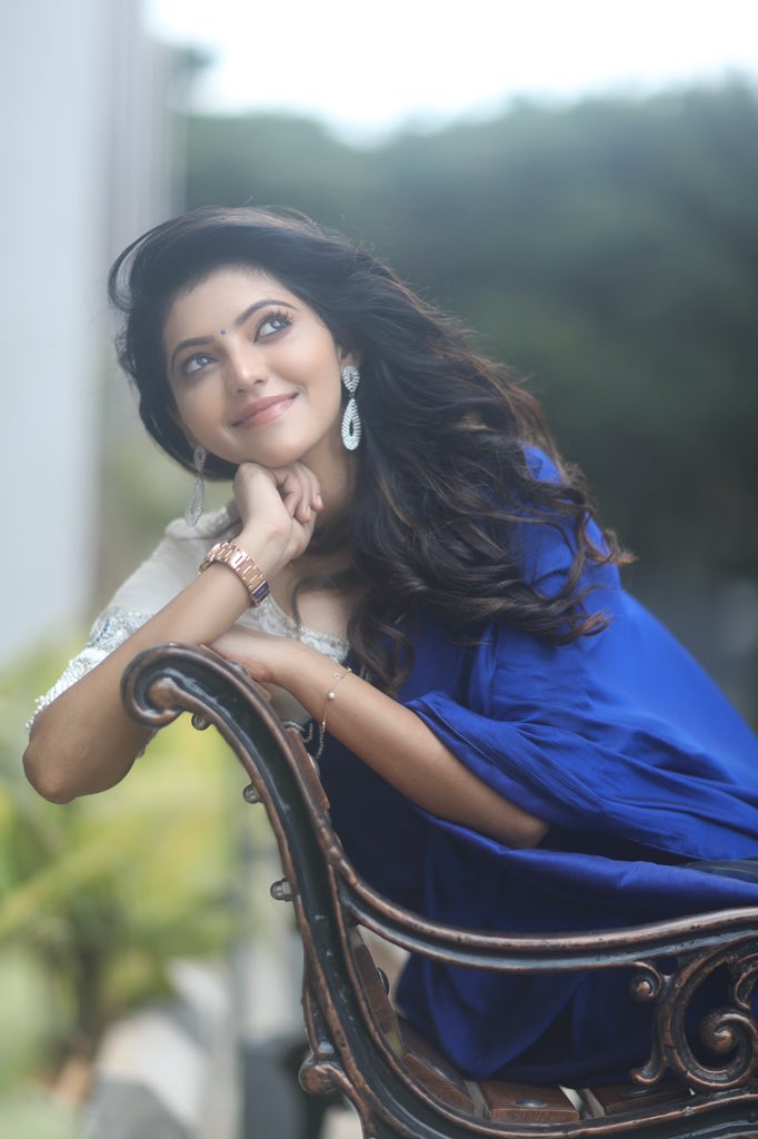 athulya ravi blue saree with white blouse (2)