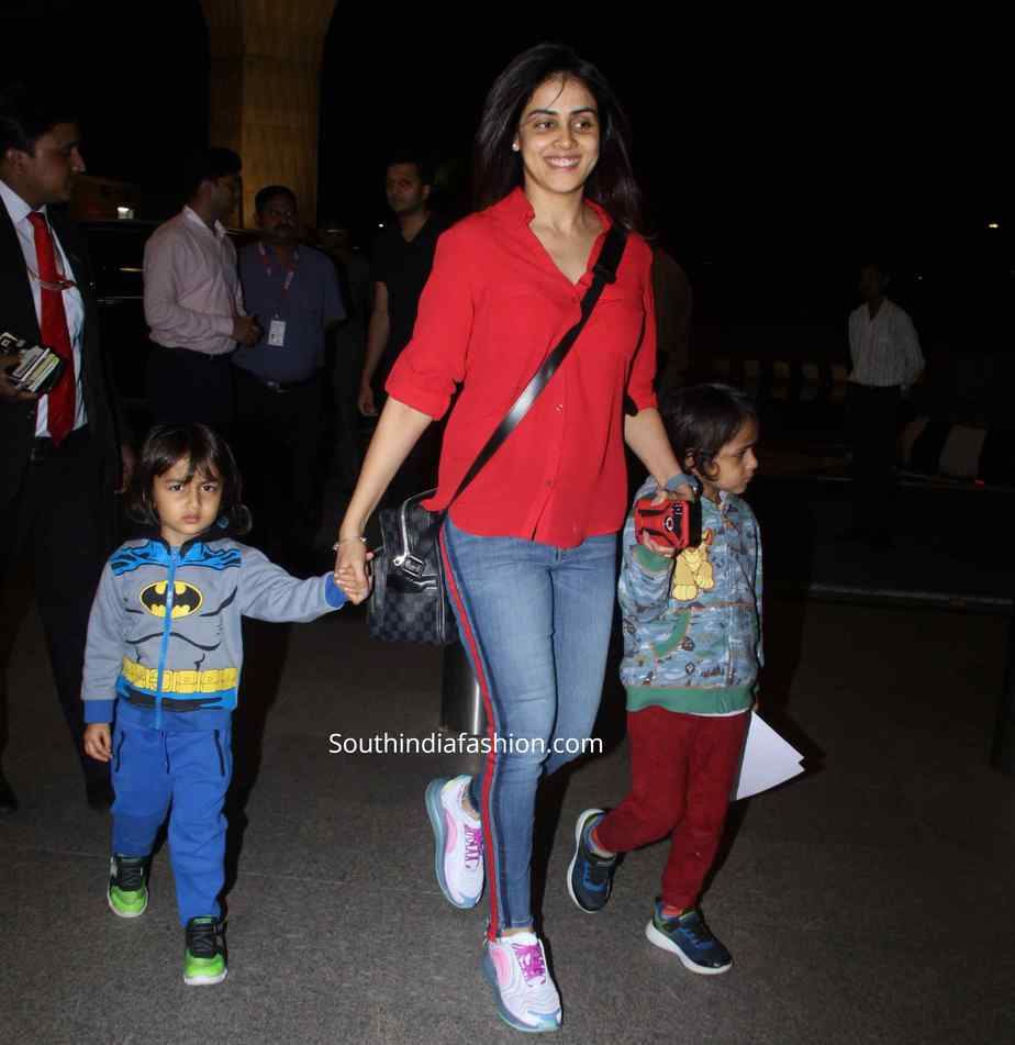 genelia snapped with kids photos
