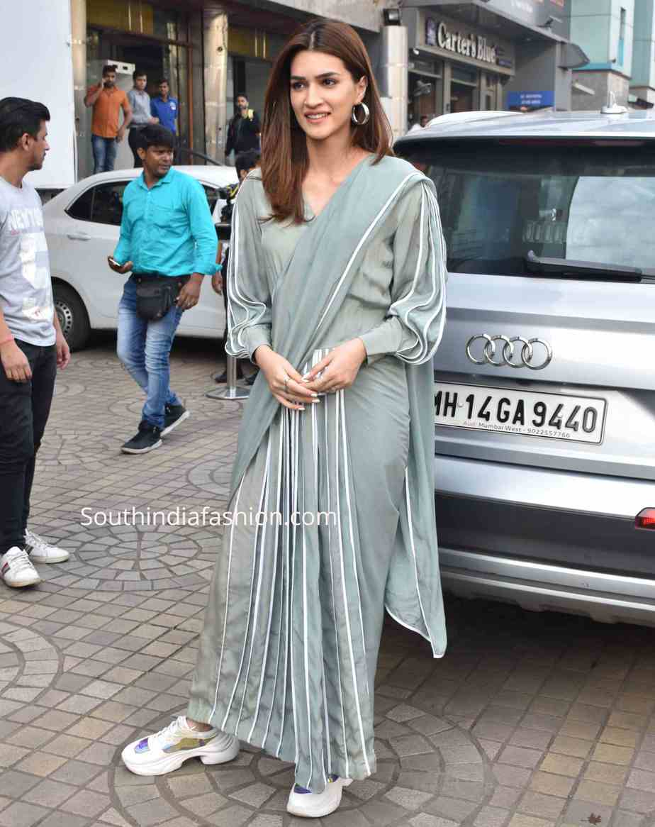 kriti sanon saree with sneakers at panipat promotions (1)