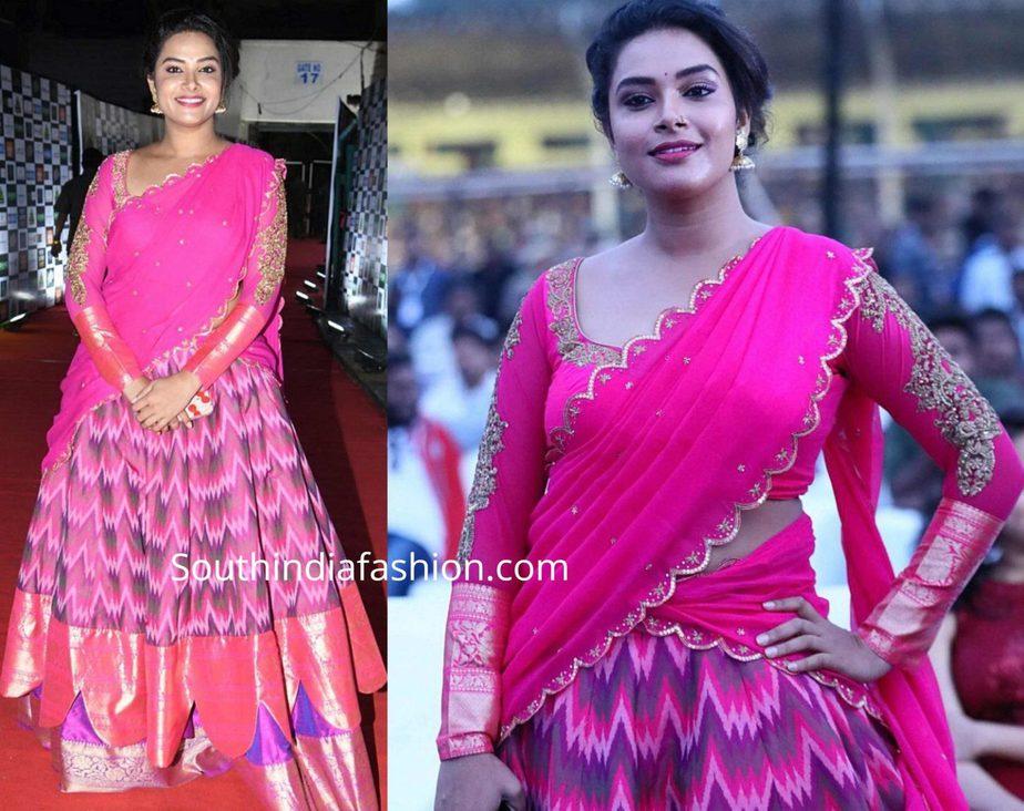 hari teja in pink half saree at sarileru neekevvaru pre release event