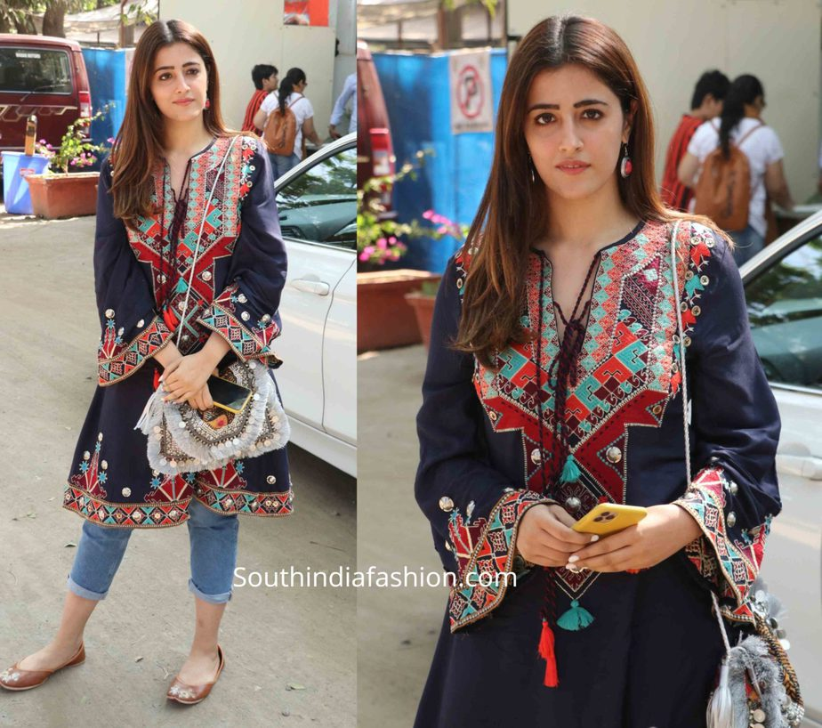 nupur sanon jeans with embroidered kurta (1)