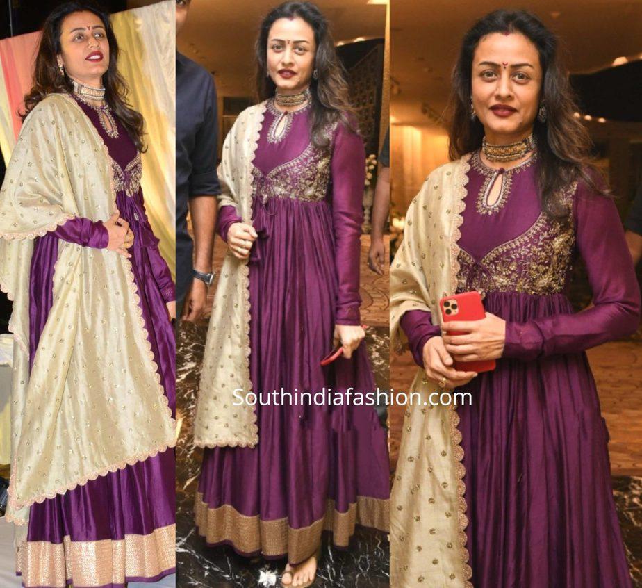 namrata shirodkar in purple jayanti reddy anarkali at jayasudha son wedding reception (1)