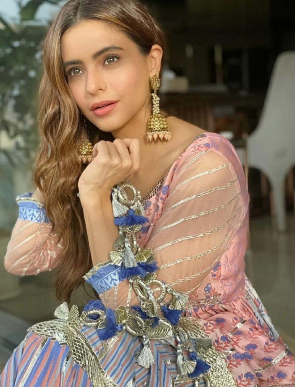 aamna sharif in maayera jaipur sharara suit (2)