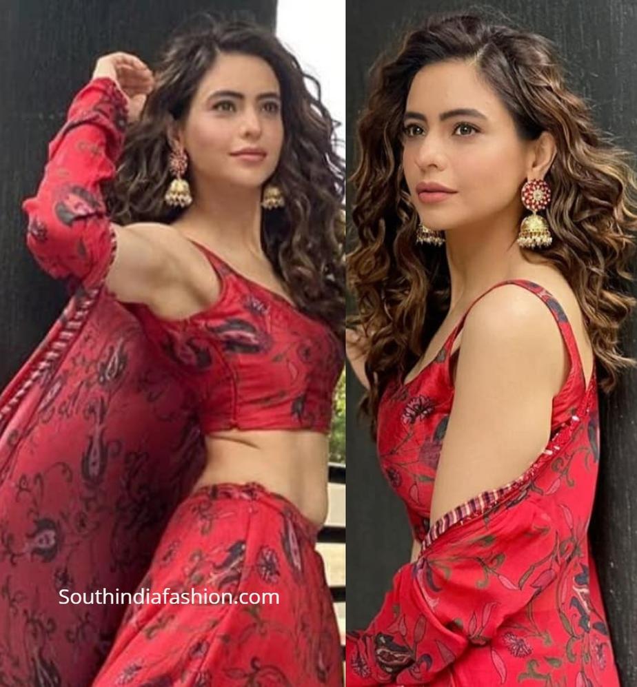 Aamna sharif in red lehenga with cape