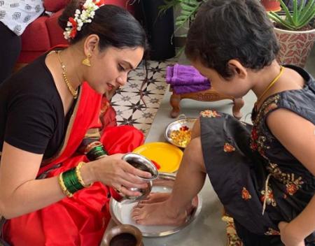 amruta khanvilkar celebrating navratri puja