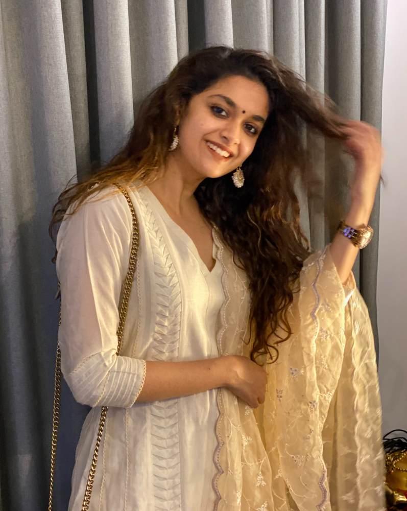 keerthy suresh in a white kurta set for dussehra 2020 (3)