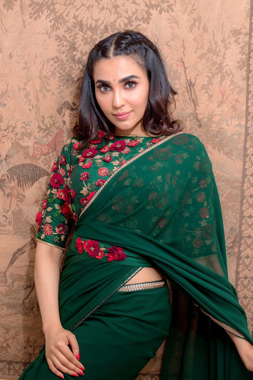 parvati nair in plain green saree and 3d floral blouse (3)