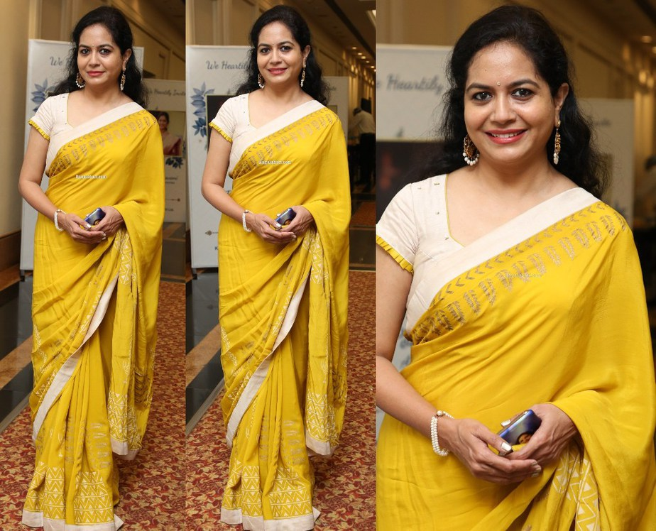 singer sunitha in yellow saree