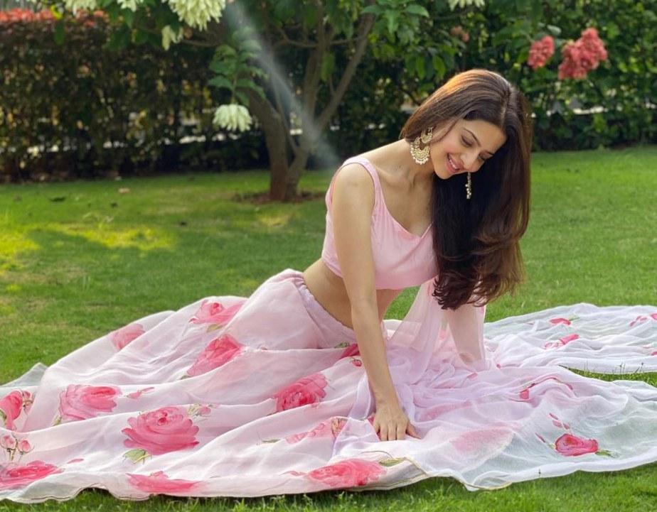 vedhika in pink floral organza lehenga