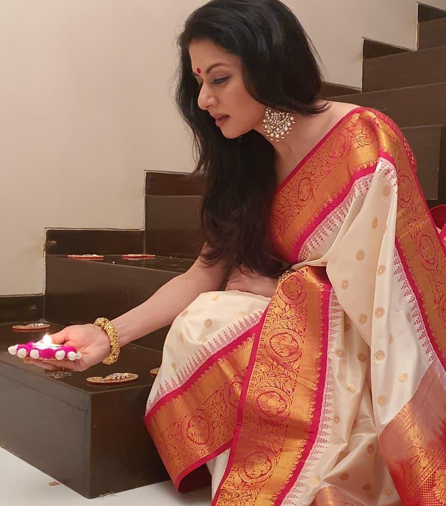 Bhagyasree in white pattu saree by vasireddy's 3