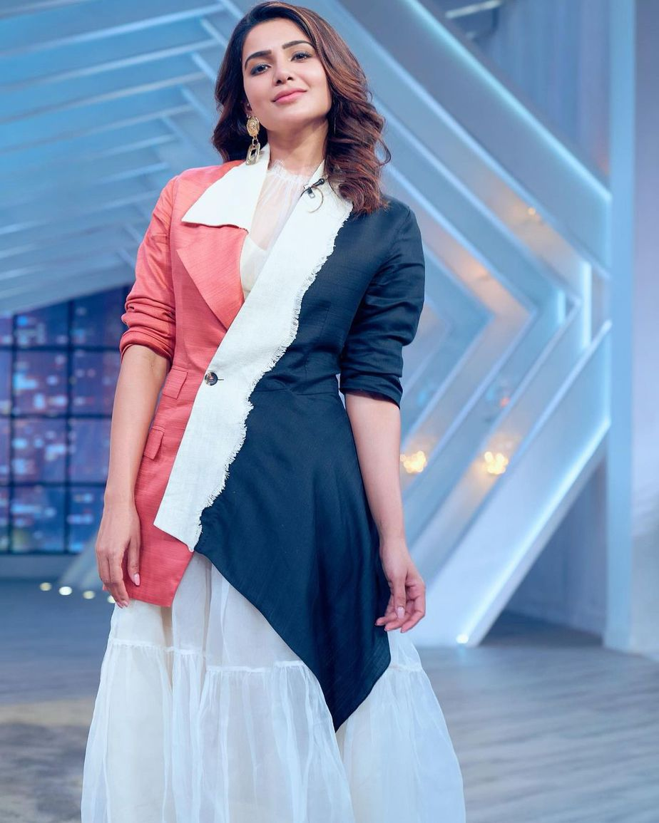 samantha in a double colour waist coat and white dress by aroka for sam jam episode 2