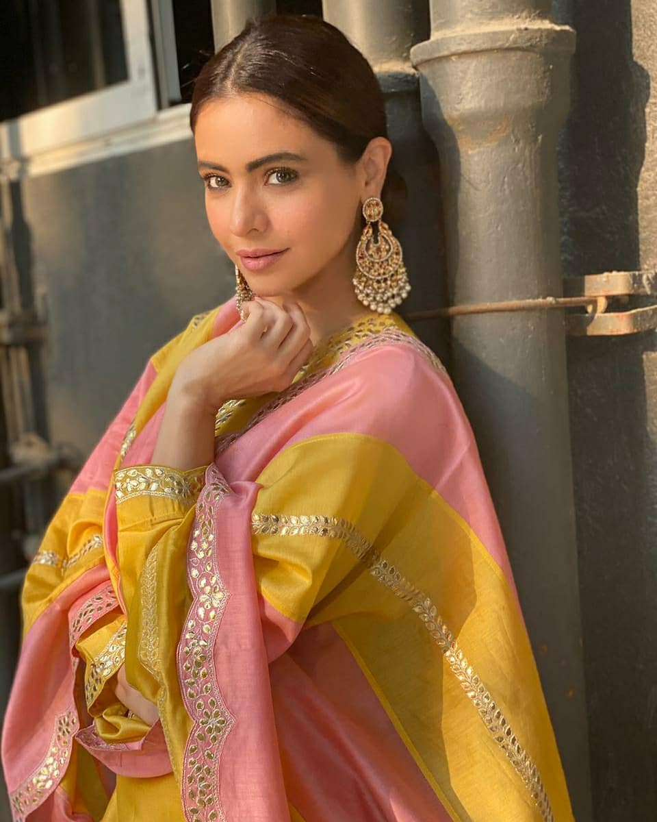 Aamna Sharif in a pink-yellow kurta set by pink city2