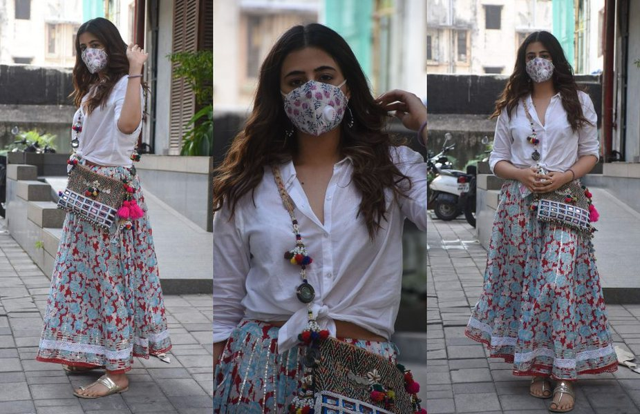 Nupur Sanon spotted in bandra in fusion wear!