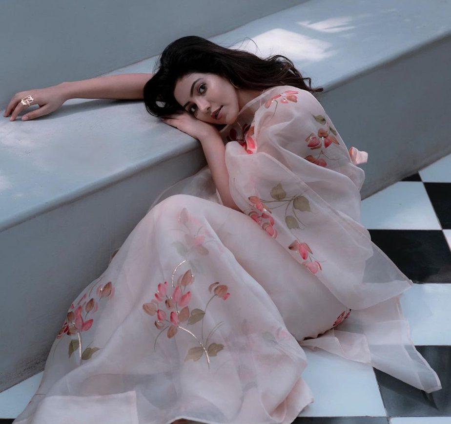 athulya ravi in white picchika silk saree