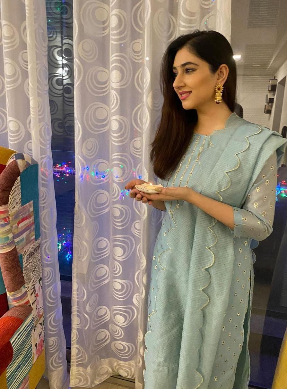 Shweta Tiwari and Disha Parmar dressed in chanderi suit by Ambraee