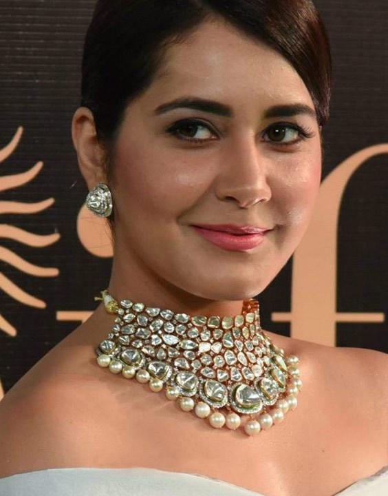 rashi khanna in choker jewellery