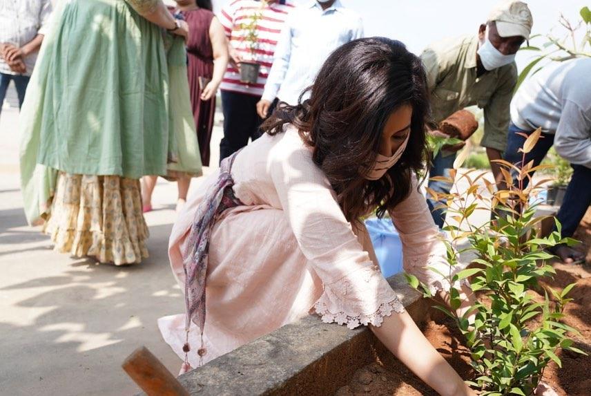 Rasshi Khanna in a peach kurta set for b'day celebrations2