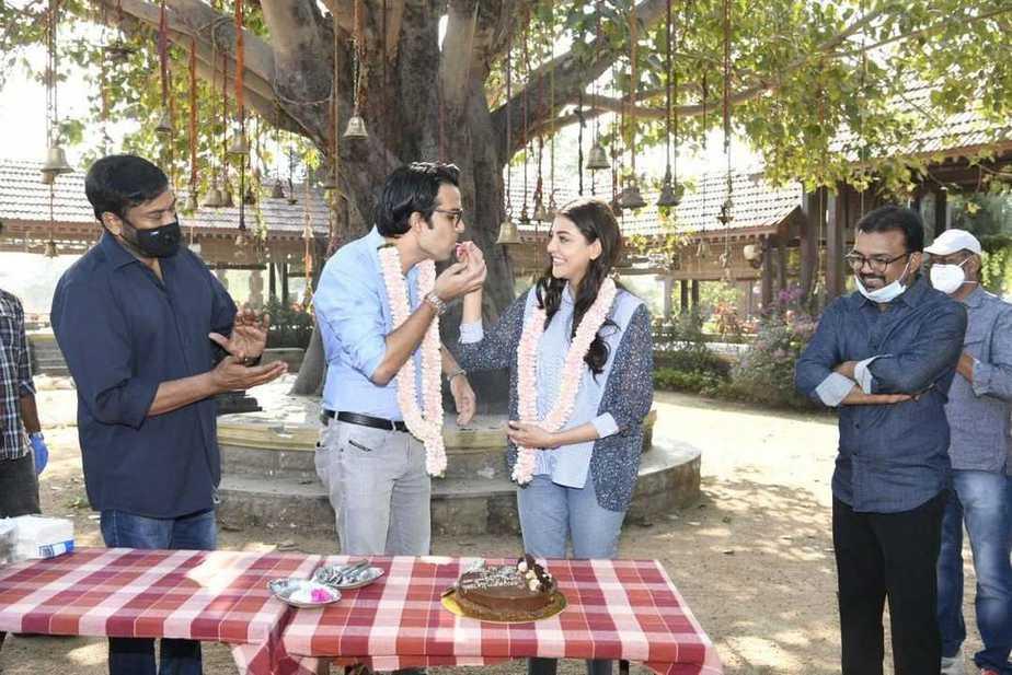 Chiranjeeevi welcomes kajal aggarwal and gautam kitchlu on acharya sets3