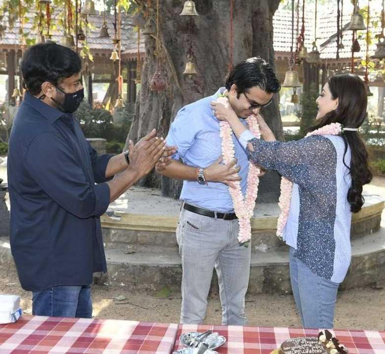 Chiranjeeevi welcomes kajal aggarwal and gautam kitchlu on acharya sets4
