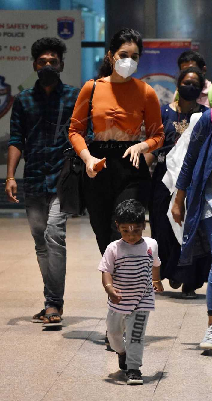 Raashi Khanna in a zara crop top at airport8