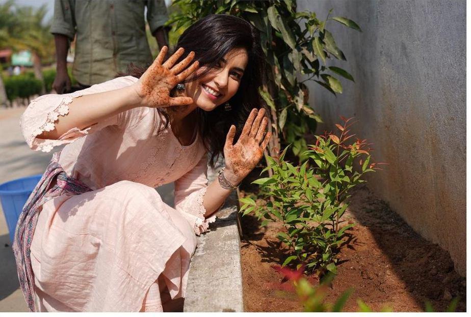 Rasshi Khanna in a peach kurta set for b'day celebrations3 (1)