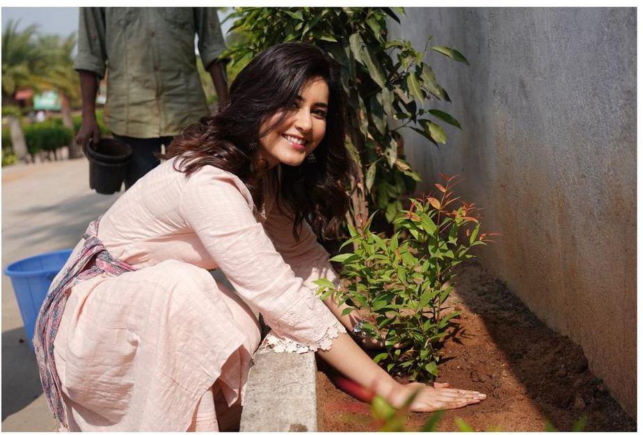 Rasshi Khanna in a peach kurta set for b'day celebrations6