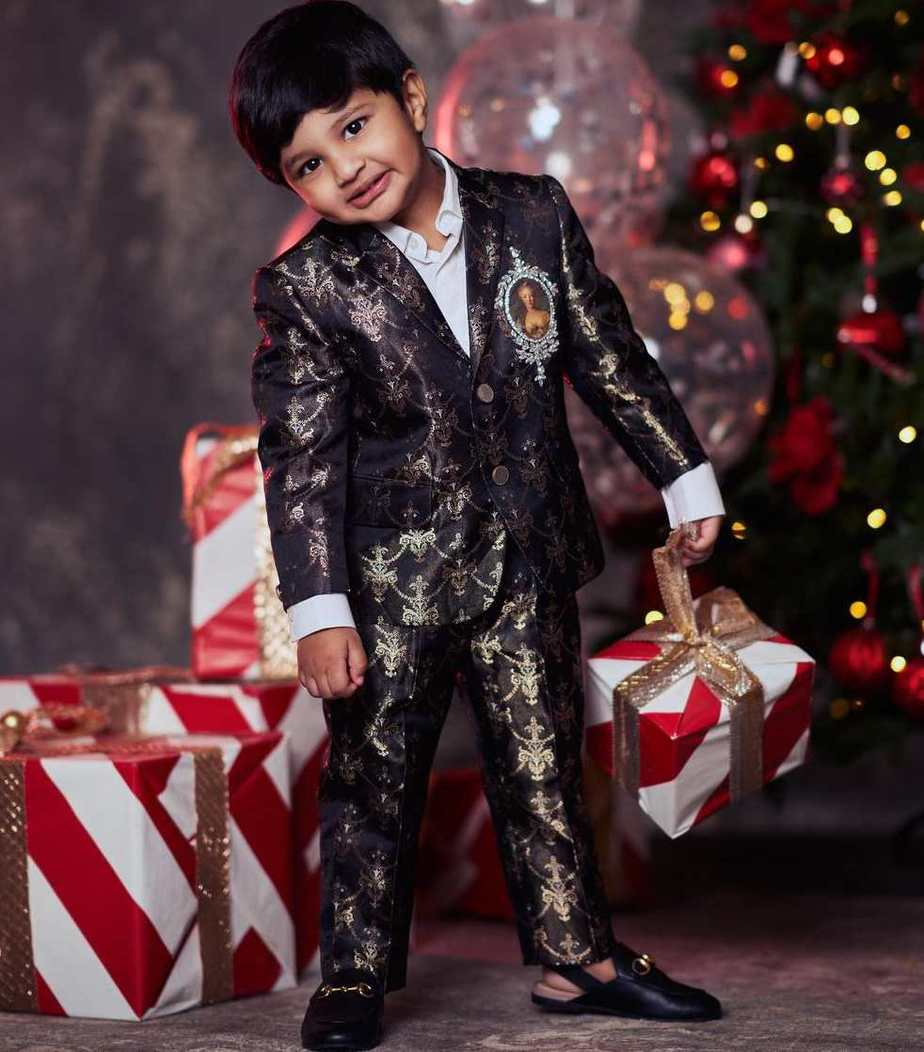 Vishnu Manchu and family in black outfits by maison ava for christmas'20-2