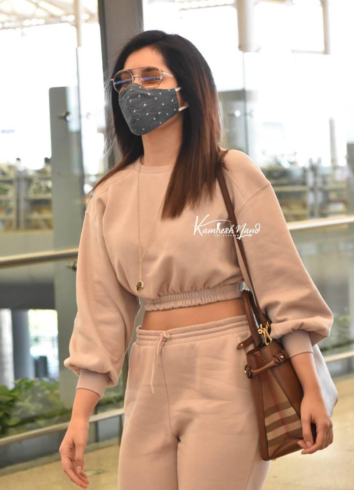 raashi khanna at airport (1)
