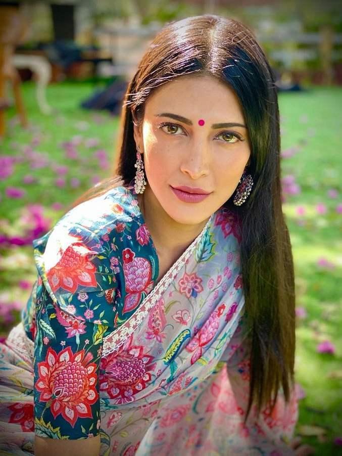 shruthi haasan pink floral saree by mrunalini rao