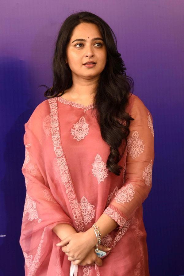 Anushka Shetty in a pink Torani kurta set for Shee Pahi conference6