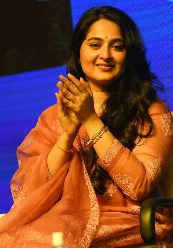 Anushka Shetty in a pink Torani kurta set for Shee Pahi conference7