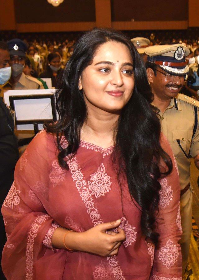 Anushka Shetty in a pink Torani kurta set for Shee Pahi conference8