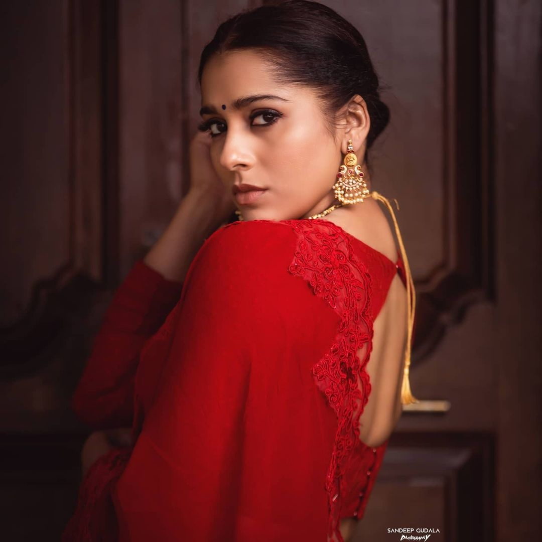 Rashmi Gautam in a red lehenga by varahi couture1
