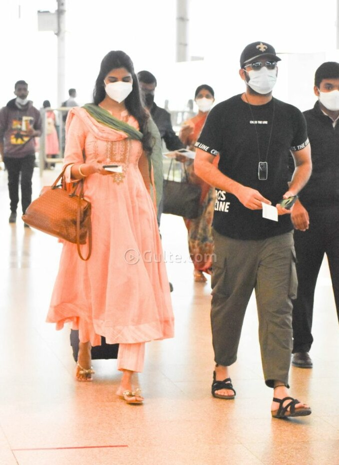 Shalini and Nithiiin at airport to visit tirupati2