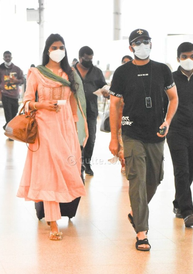 Shalini and Nithiiin at airport to visit tirupati3