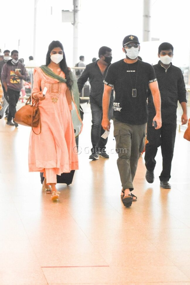 Shalini and Nithiiin at airport to visit tirupati5