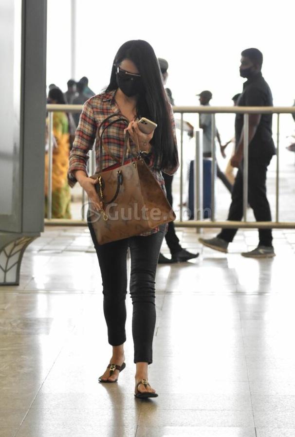 Trisha in st john shirt and black bottoms at hyderabad airport2