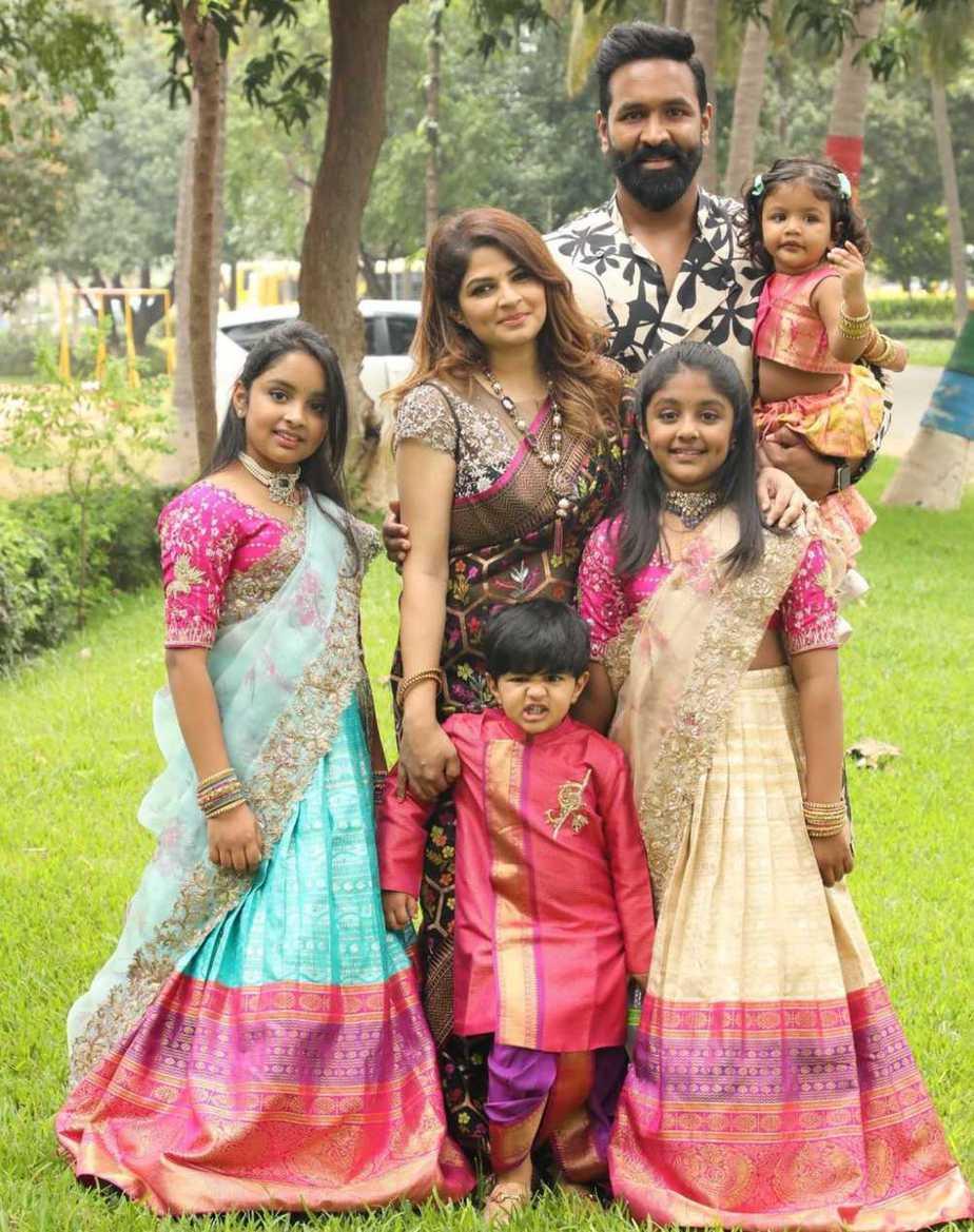 Vishnu Manchu and family in label vida for Sankranthi 8