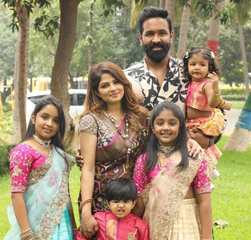 Vishnu Manchu and family in label vida for Sankranthi 9
