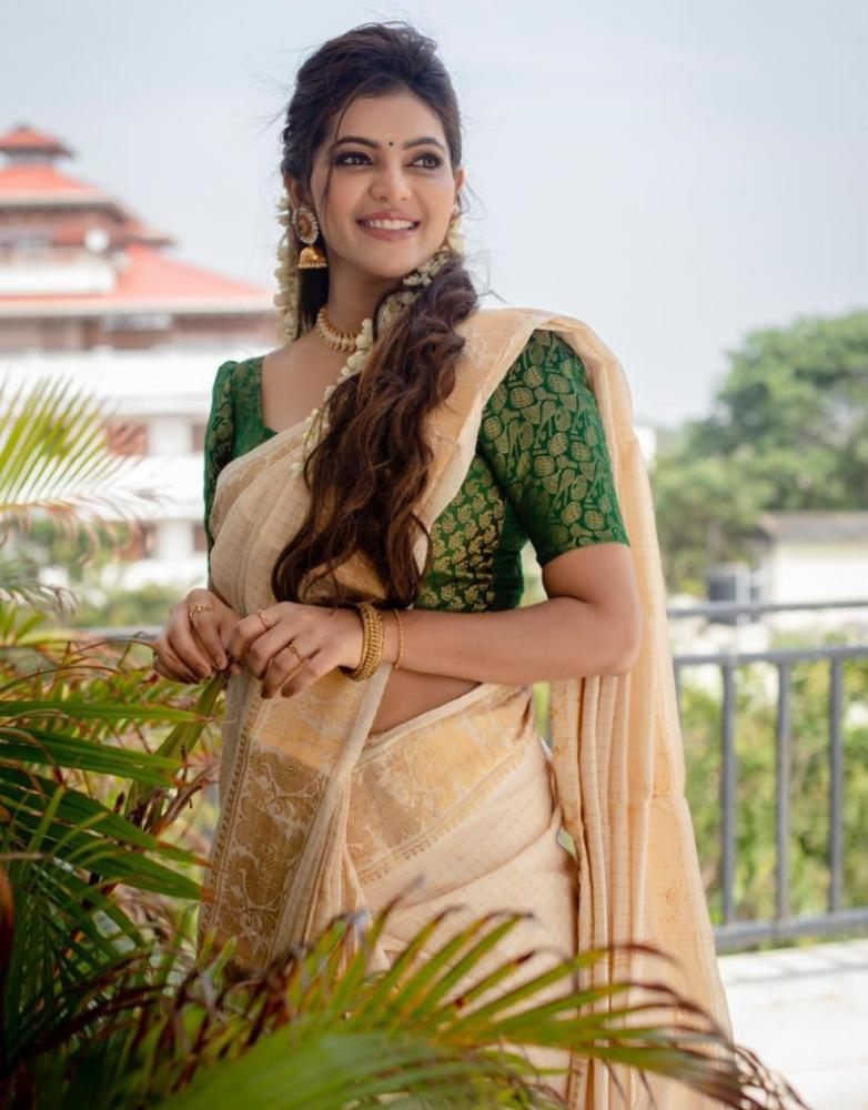 athulya ravi in cream saree for pongal (4)