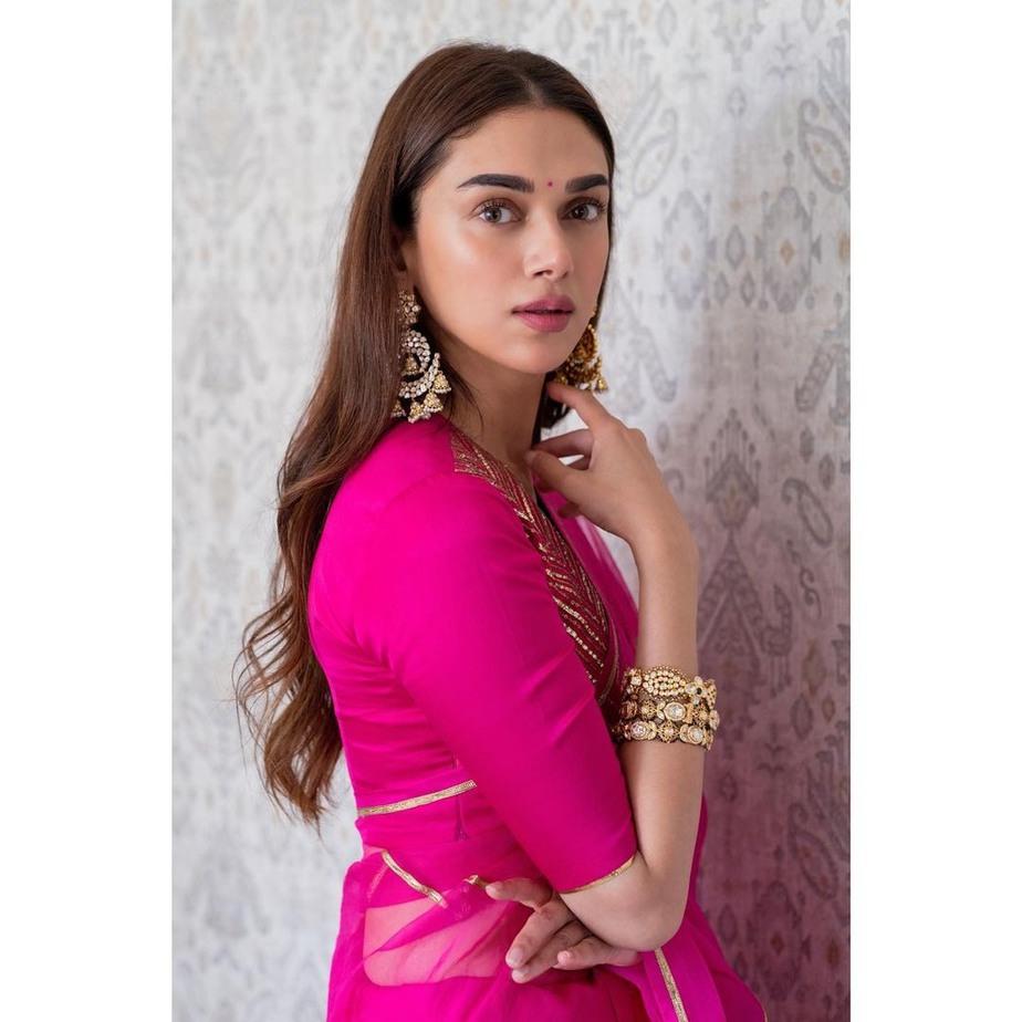 Aditi Rao Hydari in rani pink raw mango saree for Dia mirza wedding2