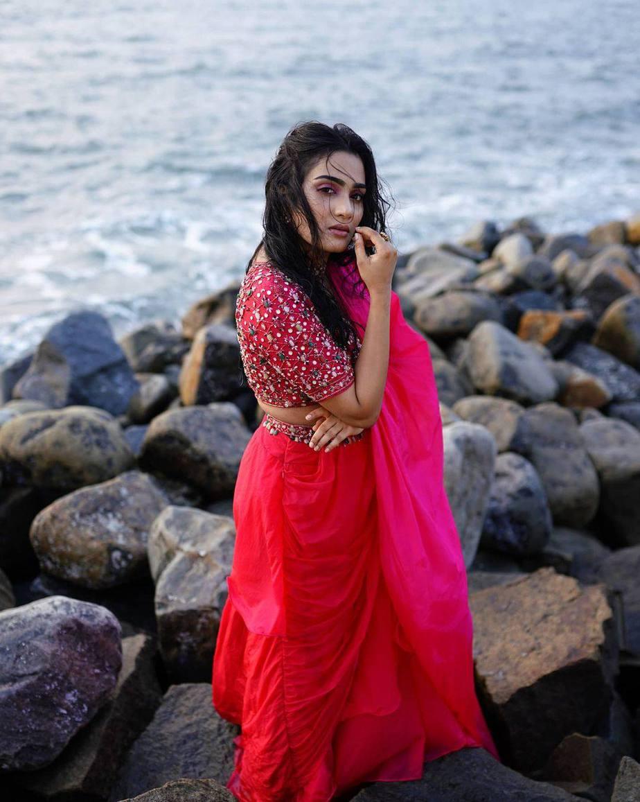 Aditi Ravi in a fushchia pink belt saree by Cameela-1