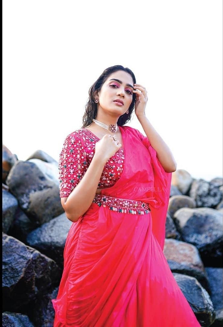 Aditi Ravi in a fushchia pink belt saree by Cameela-3